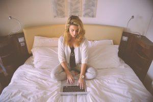 vrouw werken in bed