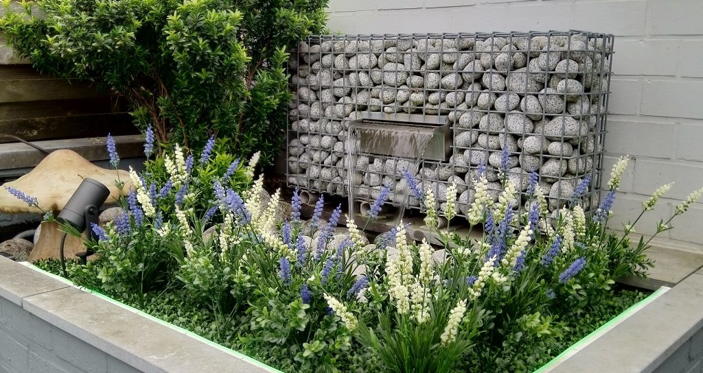 Fleur de tuin op met bloeiende kunstplanten